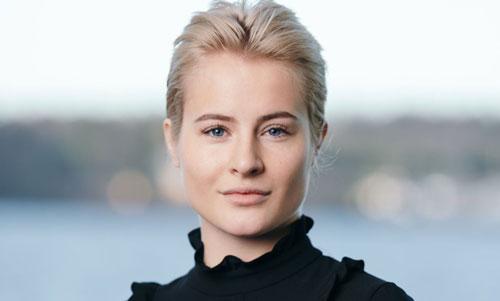 Alexandra Andresen (Tài sản: 1,4 tỷ USD, nguồn tài sản: Ferd, năm sinh: 1996): Alexandra Andresen và chị gái Katharina mỗi người được thừa kế 42% cổ phần tại công ty đầu tư Ferd thuộc sở hữu của gia đình, có trụ sở tại Na Uy. Cha của họ, ông Johan Andresen, hiện vẫn điều hành công ty và nắm giữ 70% quyền biểu quyết thông qua cấu trúc cổ phần kép. Alexandra Andresen trở thành tỷ phú trẻ nhất thế giới vào năm 2016, khi cô mới 19 tuổi và nắm giữ danh hiệu này ba năm liên tiếp. Ảnh: B