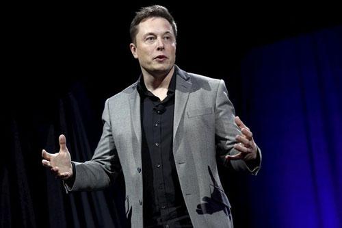 Tỷ phú Elon Musk sở hữu khoảng 20% cổ phần ở hãng sản xuất xe điện Tesla. Ông cũng là giám đốc điều hành của một công ty ở thành phố Palo Alto (California, Mỹ), chuyên cung cấp các hệ thống lưu trữ năng lượng mặt trời. Vị tỷ phú kiếm được 14,6 tỷ USD nhờ vào việc chế tạo các giải pháp thân thiện với môi trường. Ảnh: Reuters.