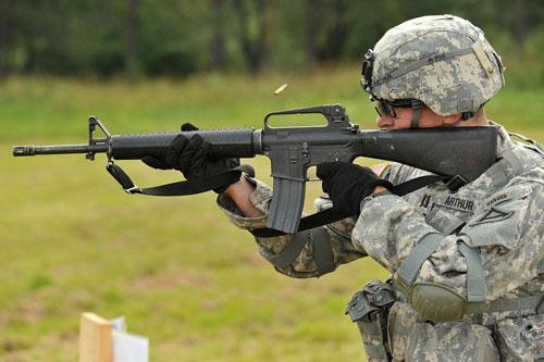 Nói đến súng trường tiến công tiêu chuẩn cho quân đội Mỹ, mọi người có thể nghĩ ngay đến M16. Từ khi được đưa vào sử dụng từ những năm 1960 đến nay, đặc tính kỹ chiến thuật của súng trường tấn công AR-15/M16 là một chủ đề gây tranh cãi trong giới chức quân đội Mỹ. Hơn 40 năm qua, mẫu súng này vấp phải rất nhiều chỉ trích từ binh lính cũng như các chuyên gia quân sự. Hiệu suất sử dụng kém, hay kẹt đạn, khó thích ứng với môi trường chiến đấu khắc nghiệt là những điểm yếu cố hữu của M16.
