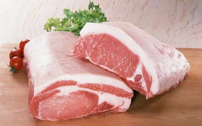 Theo chuyên gia chần thịt bằng nước sôi rồi mới chế biến là việc làm hoàn toàn không có tác dụng loại bỏ hóa chất trong thịt. Ngược lại, chúng còn khiến thịt ngậm hóa chất nguy hại hơn. Ảnh minh họa: Internet