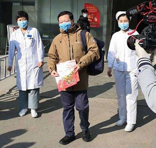 Chiều 30/1, Wang Guangfa, Giám đốc Khoa Hồi sức và Chăm sóc Hồi sức, Bệnh viện thuộc Đại học Bắc Kinh (Peking University First Hospital) được xuất viện từ Bệnh viện Ditan (Bắc Kinh, Trung Quốc). Wang Guangfa là thành viên nhóm chuyên gia của Ủy ban Y tế và Sức khỏe Quốc gia đến Vũ Hán để kiểm tra tình hình dịch bệnh và anh là thành viên đầu tiên trong nhóm bị chẩn đoán nhiễm virus corona. (Ảnh: Tin tức Bắc Kinh)