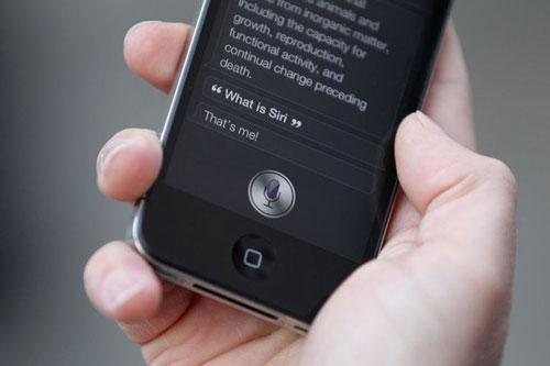 """Siri khá hữu dụng trong việc tìm kiếm người muốn gọi và nhắn tin. Người dùng có thể tăng tốc quá trình này bằng cách sử dụng biệt danh trong danh bạ. Chỉ cần mở danh bạ và chọn liên lạc muốn đặt nickname. Sau đó chọn Edit>Add field>Nickname rồi gán biệt danh cho liên hệ này. Một điều thú vị là người dùng có thể ra lệnh cho Siri """"call me boss"""", nó sẽ tự động thay đổi nickname trong Danh bạ thành boss."""