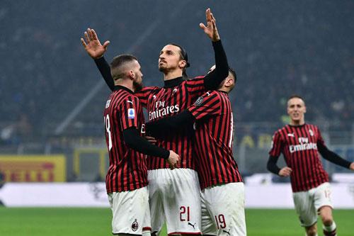 Zlatan đặt dấu giày trong 2 bàn thắng của Milan.