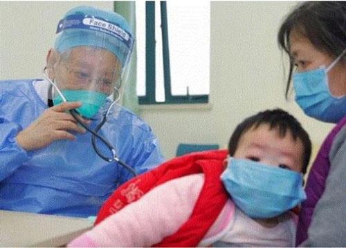 Giáo sư Dong Zongqi, từ Bệnh viện Nhi đồng Vũ Hán, hiện đã 86 tuổi, dù gặp khó khăn trong việc đi lại nhưng ông vẫn ngồi xe lăn tới để giúp đỡ người bệnh. (Ảnh: Orientaldaily)