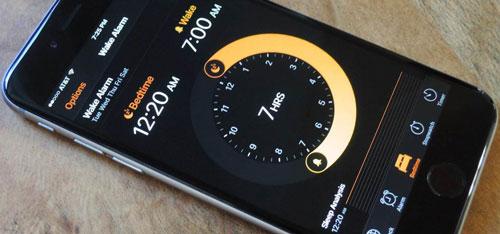 Bên cạnh việc đặt báo thức, phiên bản iOS mới nhất cũng có khả năng bắt người dùng đi ngủ đúng giờ. Mở ứng dụng Đồng hồ trên iPhone và chọn dòng Bedtime ở cuối để bắt đầu. Nó cho phép người dùng chọn thời gian báo thức và khoảng thời gian muốn ngủ, qua đó đảm bảo bạn đủ giấc.