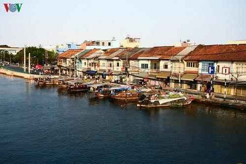Bến Bình Đông được hình thành từ thế kỷ XIX, trong quá trình phát triển đô thị Gia Định - Sài Gòn. Cùng với các bến khác ở Sài Gòn xưa như Bến Thành, Bến Nghé, Bến Hàm Tử, Bến Chương Dương, Bến Bạch Đằng… trên các kênh rạch và sông Sài Gòn; Bến Bình Đông là cửa ngõ giao thông và giao thương quan trọng của đất Sài Gòn và các vùng lận cận – đặc biệt là miền Tây Nam Bộ. Trong lịch sử, bến Bình Đông từng là trung tâm buôn bán nhộn nhịp nhất nhì Sài Gòn – Chợ Lớn.