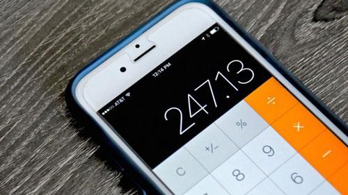 Khi sử dụng tính năng máy tính trên iOS, đa số người dùng sẽ cảm thấy phiền phức mỗi khi gõ sai số và phải xóa toàn bộ phép tính. Tuy nhiên, nếu dùng tay vuốt sang trái hoặc phải trên đầu màn hình, ứng dụng sẽ tự động xóa số gần nhất được nhập.