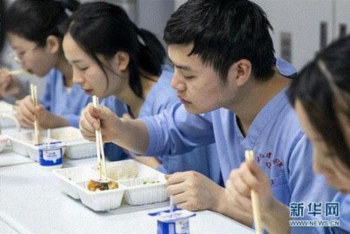 Bữa tất niên của các nhân viên y tế bệnh viện Zhongnan thuộc Đại học Vũ Hán (Hồ Bắc, Trung Quốc) là suất ăn nhanh như những ngày thường. Các bác sĩ và nhân viên y tế ngay khi kết thúc bữa cơm cuối năm đều phải ngay lập tức trở về làm việc trong tình hình dịch bệnh nghiêm trọng. Được biết, có khoảng 80.000 nhân viên y tế tại các cơ sở y tế của Vũ Hán đang làm việc không ngừng nghỉ trong dịp nghỉ Tết Nguyên đán. (Ảnh: Tân Hoa Xã)