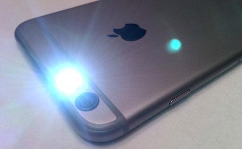 """Đối với những người không thích tiếng thông báo, họ có thể sử dụng đèn flash để làm tín hiệu thay thế. Chỉ cần vào Cài đặt > Trợ Năng rồi bật """"Đèn LED để Cảnh báo""""."""