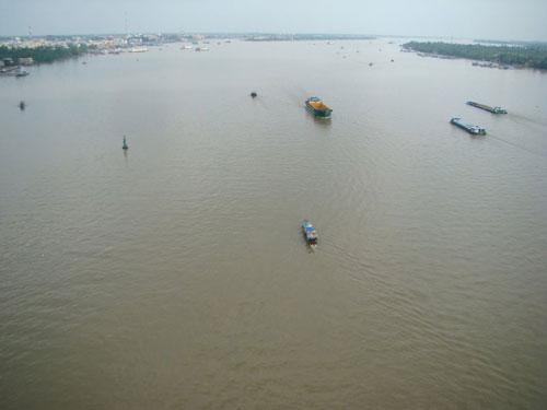 Do sự biến động của dòng chảy và sự tác động của thủy triều mặn thâm nhập sâu vào trong đất liền, trên dòng sông xuất hiện nhiều cồn bãi nổi và ngầm, làm cho việc đi lại của các tàu có trọng tải lớn chắc chắn gặp nhiều khó khăn. Ảnh: Nhựt Trịnh Minh.