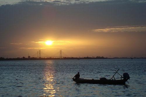 Sông Tiền là nhánh hạ lưu bên trái (tả ngạn) của sông Mê Kông, chảy từ đất Campuchia vào đồng bằng miền Nam Việt Nam, qua các tỉnh An Giang, Đồng Tháp, Tiền Giang, Vĩnh Long, Trà Vinh và Bến Tre, rồi đổ ra biển Đông. Ảnh: Lưu Trọng Nhân.