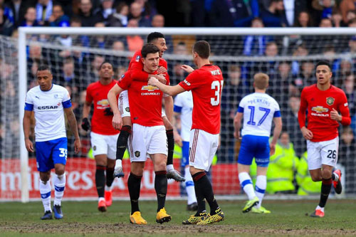 Các cầu thủ M.U ăn mừng sau pha làm bàn của Maguire. Ảnh: Getty.