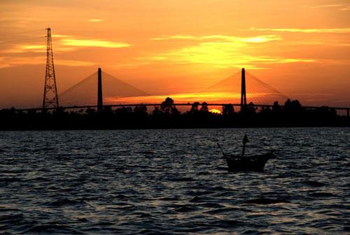 Sông Hàm Luông chảy trọn vẹn trong tỉnh Bến Tre, ra biển bẳng cửa Hàm Luông ở giữa Thạnh Phú và Ba Tri. Ảnh: Thanh Sơn HP.