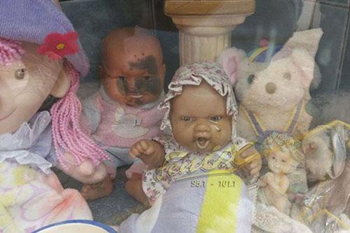 """Con búp bê """"nhỏ lệ"""" trong mộ bé gái khiến nhiều người tò mò và cảm thấy khó hiểu."""