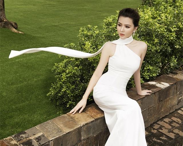 Lúc đứng trên đỉnh cao của nhan sắc, Ngọc Duyên bất ngờ tuyên bố kết hôn với ông xã U40, là một đại gia nổi tiếng trong lĩnh vực bất động sản. Cuộc sống của mỹ nhân gốc Vũng Tàu cũng từ đây bước sang một chương mới, cô cũng hạn chế hoạt động showbiz mà chủ yếu dành thời gian chăm sóc cho gia đình.