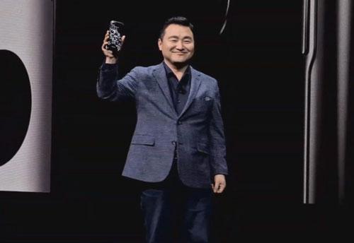 Ông TM Roh, người đứng đầu mảng di động mới của Samsung, giới thiệu sản phẩm. (Ảnh: The Verge)