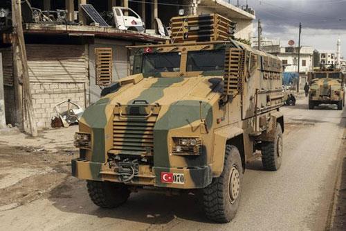 Đoàn xe quân sự Thổ Nhĩ Kỳ qua làng Binnish, thuộc tỉnh Idlib, Syria. Ảnh: AP.