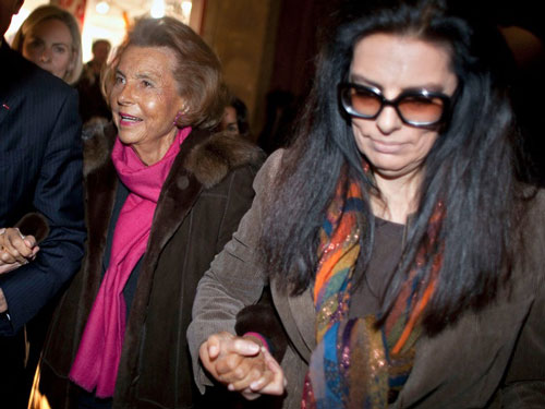 """Tháng 12/2007, bà Bettencourt Meyers gửi đơn tố cáo hình sự. Khi đó, mẹ bà, được chẩn đoán mắc chứng mất trí nhớ, đã bác bỏ cáo buộc của con gái mình và cho biết bà có quyền tự do chia sẻ tài sản của mình với Banier. Vụ việc được đưa ra tòa vào năm 2015. Ông Bainer bị kết tội """"lợi dụng điểm yếu"""" của người khác và bị kết án 2,5 năm tù giam, đồng thời bồi thường 158 triệu euro cho bà Bettencourt. Tuy nhiên, bản án tù và phạt tiền này sau đó đã được đảo ngược bằng một kháng cáo. Ảnh: Getty Images."""