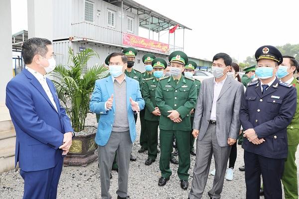 Lãnh đạo tỉnh Quảng Ninh kiểm tra công tác chuẩn bị thông quan tại cầu Bắc Luân II, Cửa khẩu quốc tế Móng Cái. Ảnh: Báo Quảng Ninh