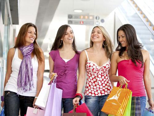 """Người tiêu dùng thường bị """"dụ dỗ"""" mua hàng khi đi cùng bạn bè."""