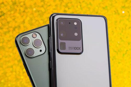 Camera sau của iPhone 11 Pro Max và Samsung Galaxy S20 Ultra.