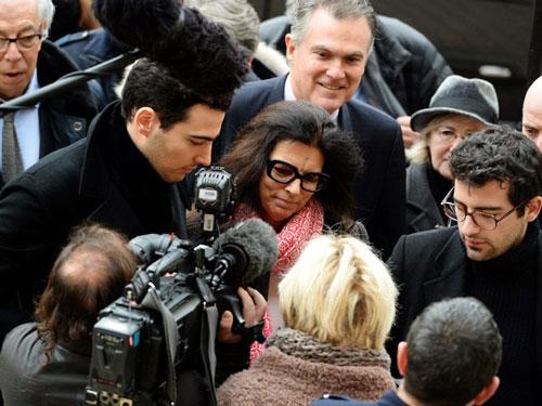 """Mối quan hệ giữa hai mẹ con bà trở nên vô cùng căng thẳng khi bà Bettencourt Meyers khởi xướng cuộc chiến pháp lý kéo dài hàng thập kỷ để giành quyền thừa kế, còn được gọi là """"Cuộc chiến Bettencourt"""". Bà cáo buộc bạn thân của mẹ mình - nhiếp ảnh gia François-Marie Banier - đã lợi dụng """"tình cảm đơn phương"""" để thao túng, khiến mẹ bà đưa cho ông này gần 1,86 tỷ USD tiền mặt, tác phẩm nghệ thuật và bất động sản, theo tờ New York Times. Ảnh: Getty Images."""