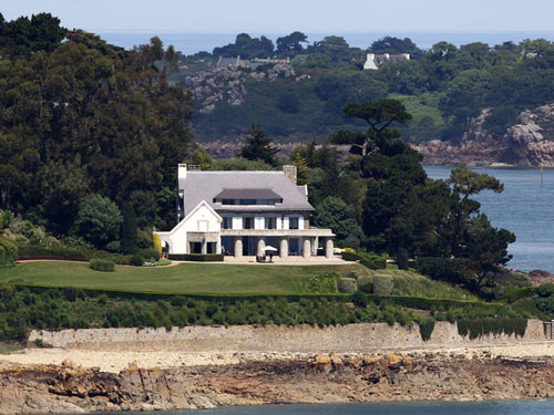 Cũng phải kể đến dinh thự nhìn ra bờ biển Brittany của Pháp. Theo tờ New York Times, đây là một trong những căn nhà thời thơ ấu của bà. Ảnh: AFP.