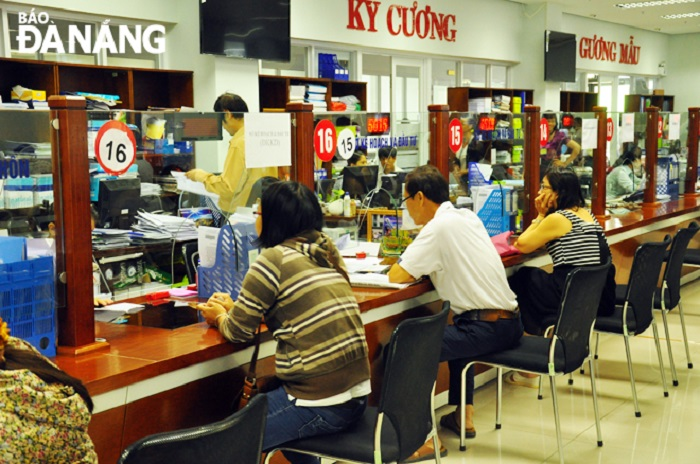 """Bộ phận """"Một cửa"""" của Sở Kế hoạch và Đầu tư TP. Đã Nẵng ở Trung tâm hành chính thành phố đã giảm nhiều thủ tục hành chính cho người dân và doanh nghiệp (Ảnh: Báo Đà Nẵng)"""