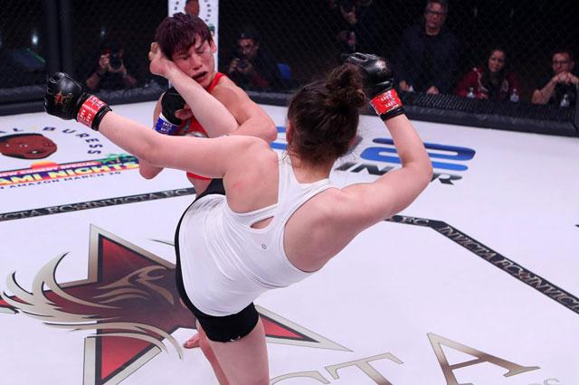 Erin Blanchfield ra đòn hạ gục đối thủ.