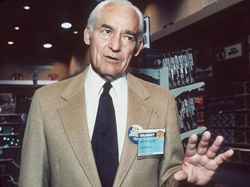 Sam Walton (ảnh) mở cửa hàng Walmart đầu tiên ở bang Arkansas, Mỹ vào năm 1962. Ông kết hôn với Helen Robson vào năm 1942 và cùng nhau họ có 4 người con: Rob, John, Jim và Alice. Ảnh: AP.