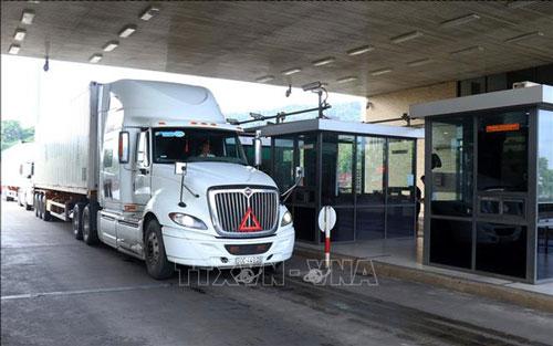 Các xe hàng nông sản làm thủ tục xuất khẩu sang Trung Quốc. Ảnh: TTXVN