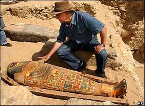 Nhiều của người Ai Cập được khai quật một cách tình cờ. Một số được chôn cất trong những ngôi mộ nông ở các sa mạc nên được phát hiện dễ dàng.