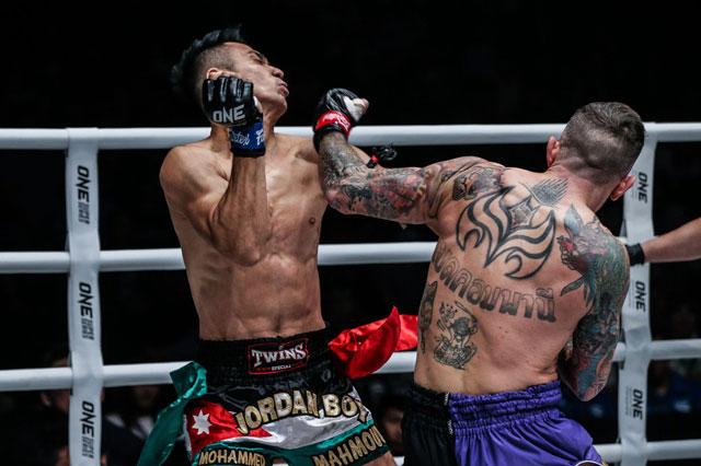 Cận cảnh loạt đòn đánh đáng sợ khiến võ sĩ Malaysia bất tỉnh