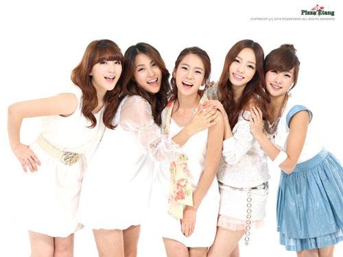 """KARA ra mắt vào năm 2007 và nổi tiếng nhờ sức hút từ những bước nhảy """"gây nghiện"""". Họ đạt được thành công cả ở Hàn Quốc và Nhật Bản, phá vỡ nhiều kỷ lục trên BXH Oricon. Năm 2014, Nicole và Ji Young quyết định không gia hạn hợp đồng. Các thành viên còn lại tiếp tục với đội hình mới với sự tham gia bổ sung của Young Ji. Tuy nhiên, Gyu Ri, Seung Yeon và Hara cuối cùng đã quyết định kết thúc hợp đồng với DSP Ent và nhóm chính thức tan rã vào năm 2016."""