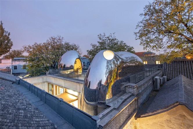 Nhà mái hình 'bong bóng' bằng thép không gỉ nổi bật trong khu phố cổ  - ảnh 2