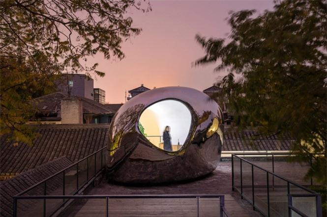 Nhà mái hình 'bong bóng' bằng thép không gỉ nổi bật trong khu phố cổ  - ảnh 3