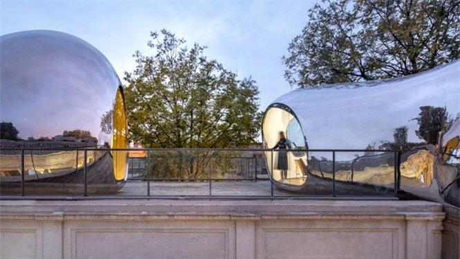 Nhà mái hình 'bong bóng' bằng thép không gỉ nổi bật trong khu phố cổ  - ảnh 8