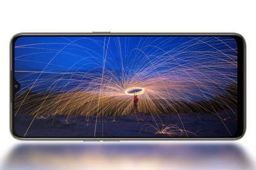 Reno3 Youth được trang bị tấm nền màn hình Super AMOLED kích thước 6,4 inch, độ phân giải Full HD (2.400x1.080 pixel). Màn hình này được chia theo tỷ lệ 20:9, độ sáng tối đa 600 nit.