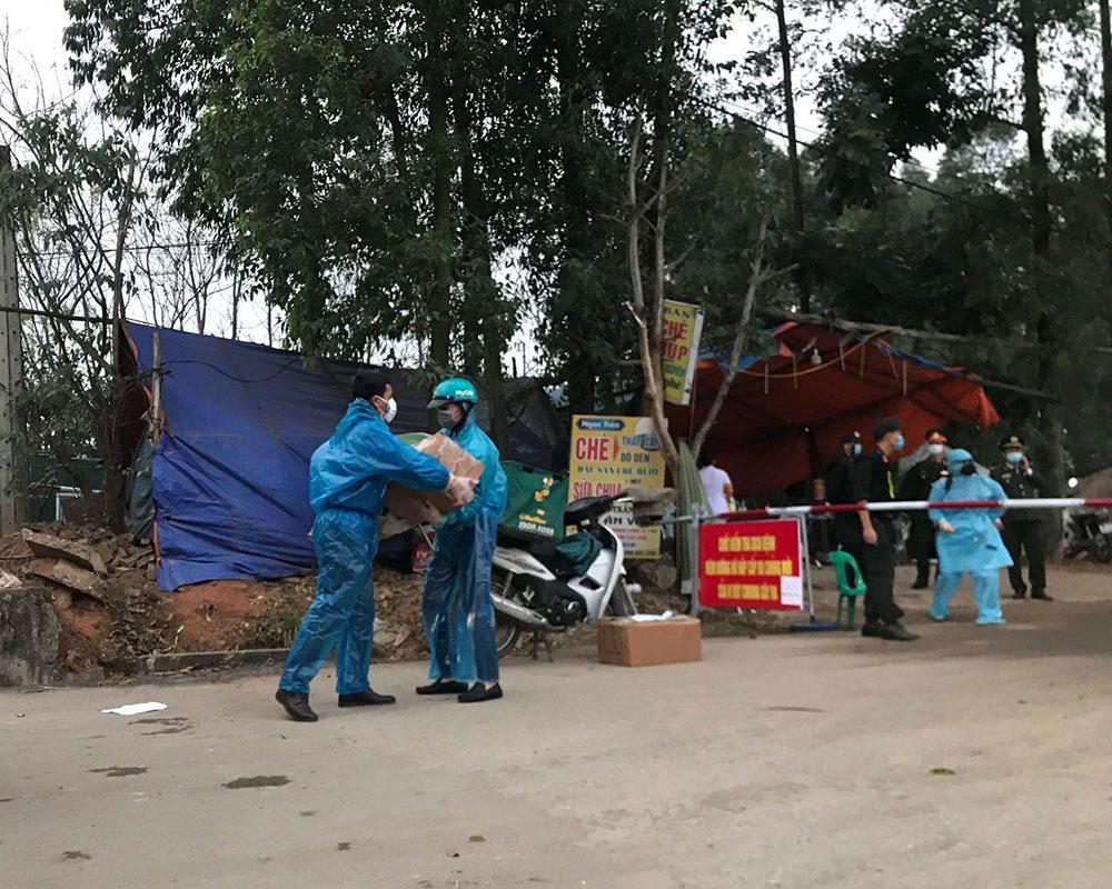 Ngày 14/2/2020 chuyến hàng vật tư y tế cứu trợ đã được Viettel Post vận chuyển vào xã Sơn Lôi, địa bàn đang bị cách ly do dịch Covid-19. Ảnh: Viettel Post cung cấp.