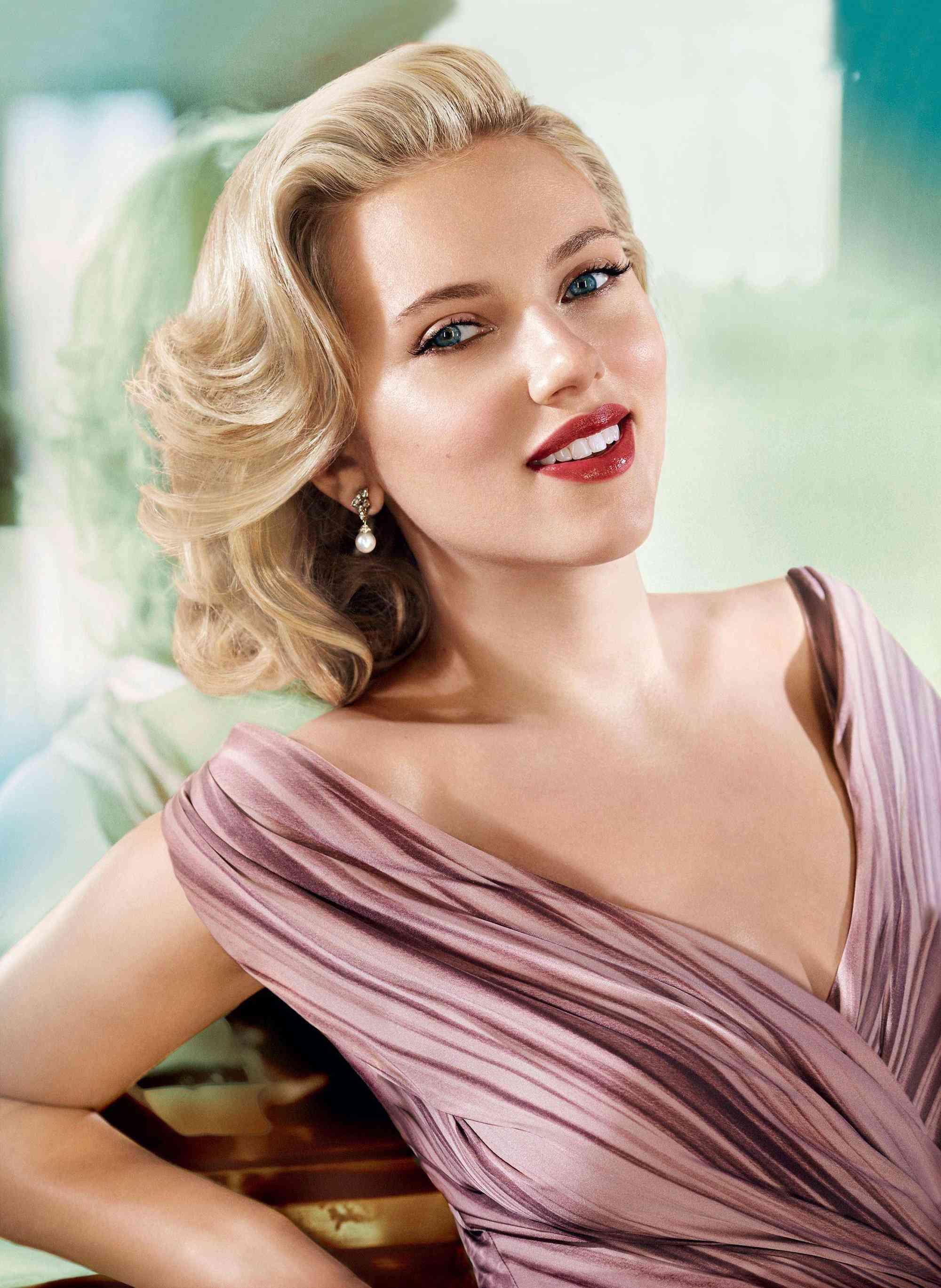 Scarlett Johansson là biểu tượng sắc đẹp của Hollywood thế kỷ 21.