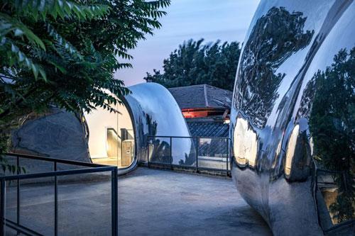 Kiểu mái mới đã biến đổi một ngôi nhà trong sân trống ở một trong những phố cổ hẹp tại Bắc Kinh.
