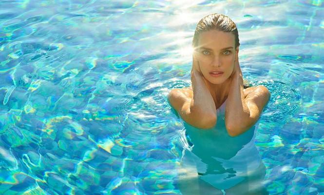 Natalia Vodianova đẹp như nữ thần trong loạt ảnh quảng cáo mới của thương hiệu thời trang đi biển Maxx Royal Resorts 2020.