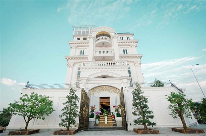 Biệt thự tráng lệ của Lý Nhã Kỳ thường xuyên bị đăng bán một cách vô lý kiểu này. Vị trí đắc địa (gần đảo Kim Cương, cách bờ sông Sài Gòn chỉ vài chục mét), căn biệt thự của nữ doanh nhân ví như tòa lâu đài.