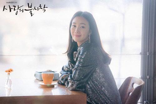 Xuất hiện 3 phút trong 'Hạ cánh nơi anh', bà bầu Choi Ji Won đem đến đẳng cấp khác hẳn cho chiếc đầm 22 triệu, ăn đứt người mẫu