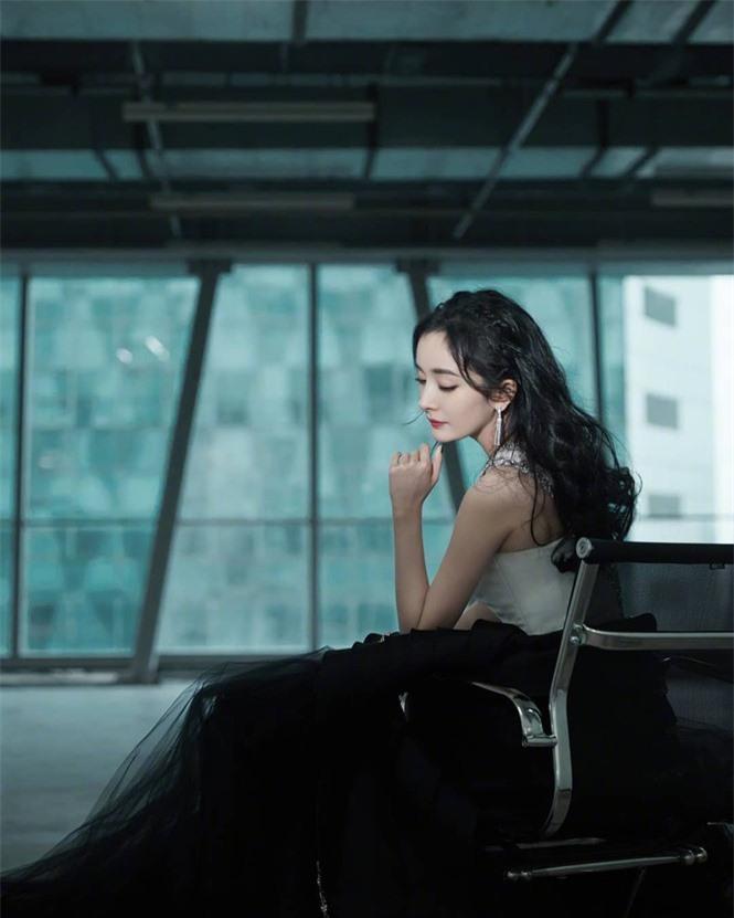 Dương Mịch váy ngắn tôn đường cong hút mắt, chân dài miên man - ảnh 10
