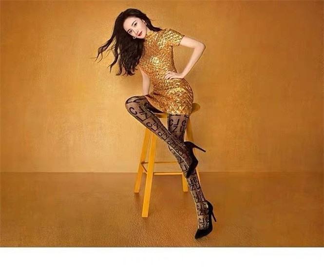 Dương Mịch váy ngắn tôn đường cong hút mắt, chân dài miên man - ảnh 3