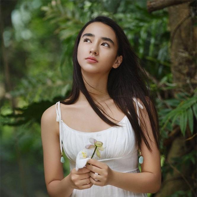 Vẻ đẹp trong veo như trăng rằm của hot girl 16 tuổi đóng Diệp Vấn 4 - ảnh 2