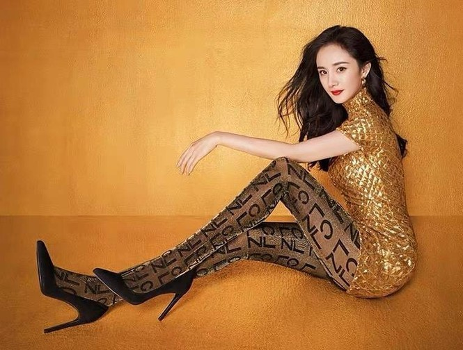Vẫn biết Dương Mịch sở hữu dáng vóc đẹp miễn chê, cô vẫn khiến các fan trầm trồ trước những shoot hình mặc váy ngắn khoe eo thon dáng nuột nà, quảng cáo cho thương hiệu Calzedonia.