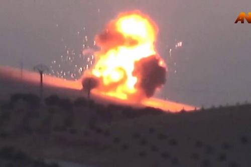 Máy bay Nga gây thiệt hại nặng cho đoàn xe thiết giáp của Thổ Nhĩ Kỳ. Ảnh: Al Masdar News.