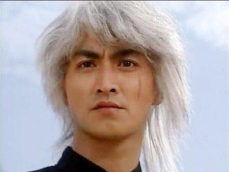 Xuất thân từ lớp đào tạo diễn viên ATV (Hong Kong), Hà Gia Kính là diễn viên may mắn vì với tác phẩm đầu tay Đại tướng quân (1983), anh đã được đóng vai chính cùng mỹ nhân Quan Chi Lâm. Tuy nhiên, phải mất 7 năm, tên tuổi Hà Gia Kính mới bật sáng khi đảm nhận nhân vật Hoa Anh Hùng trong bộ phim chuyển thể từ truyện tranh nổi tiếng Trung Hoa anh hùng ra mắt năm 1989. Tạo hình với mái tóc bạc lãng tử của anh về sau đã trở thành khuôn mẫu cho những sản phẩm ăn theo bộ phim.